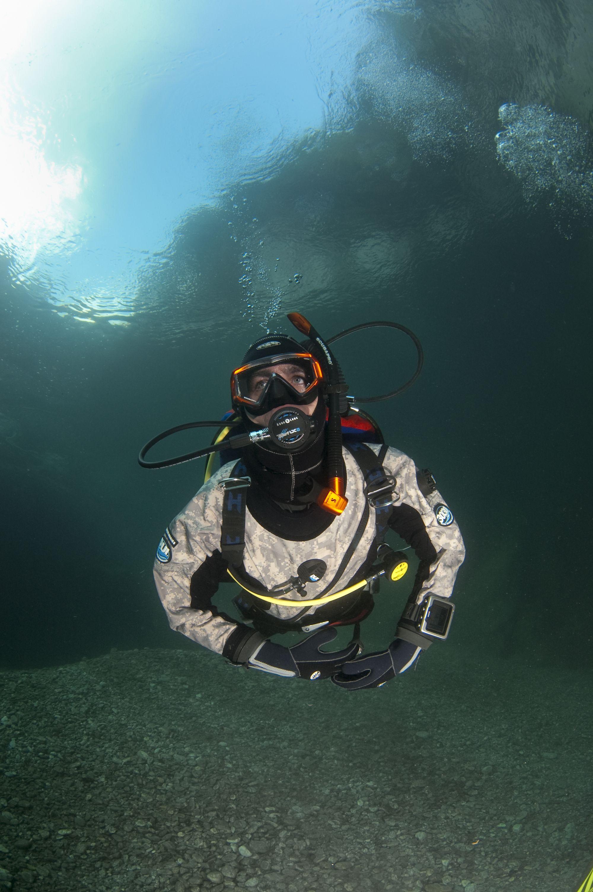 dry-suit-diver-trockentauchen